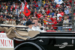Desfile de pilotos: Kimi Raikkonen y David Coulthard