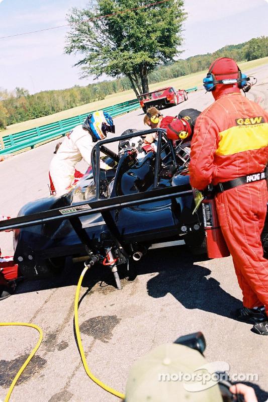 Arrêt au stand pour la #12 G&W Motorsports Lola B2K/40 Nissan de Robert Prilika, Davey Jones et Danny Marshall