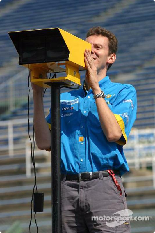 Un membre de Renault F1 prépare les stands