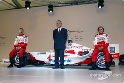 Tsutomu Tomita, Olivier Panis and Cristiano da Matta with the Toyota TF104