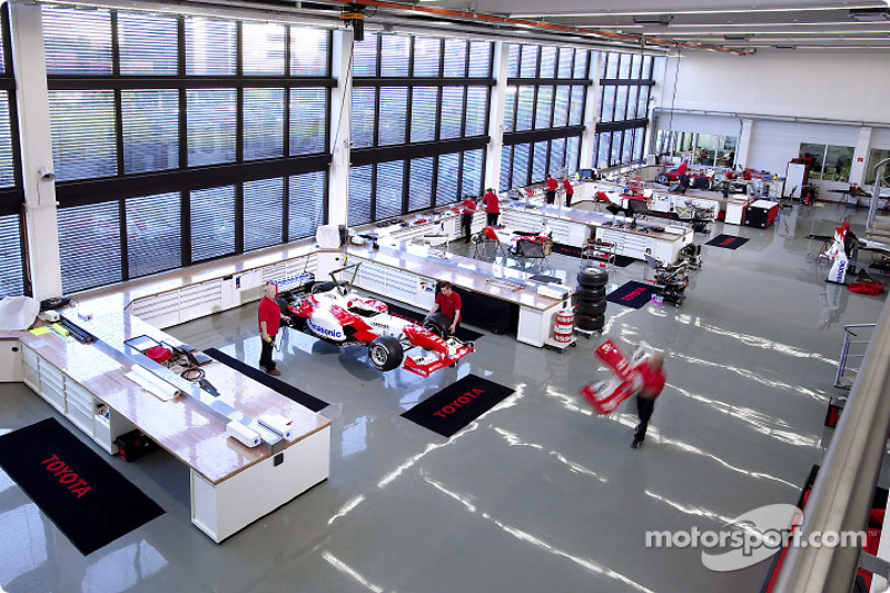 F1 Workshop - Overview at Toyota TF104 launch, Cologne
