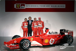 Luca Badoer, Luca di Montezemelo, Rubens Barrichello et Michael Schumacher avec la nouvelle Ferrari F2004