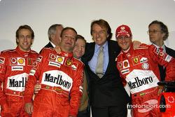 Luca Badoer, Rubens Barrichello, Jean Todt, Luca di Montezemelo et Michael Schumacher avec la nouvelle Ferrari F2004