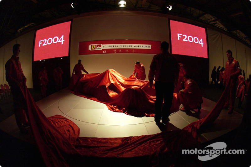 Ferrari takım elemanları sahneyi hazırlıyor