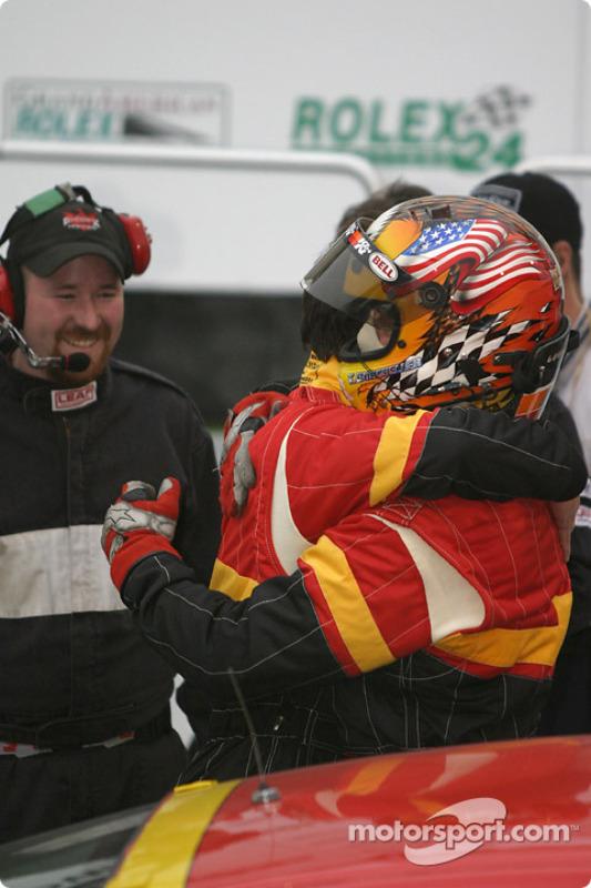 La Porsche 996 n°44 de The Race Site.com (Craig Stanton, Terry Borcheller) passe sous le drapeau à d