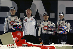Jenson Button, David Richards, Takuma Sato et Anthony Davidson avec la nouvelle BAR 006