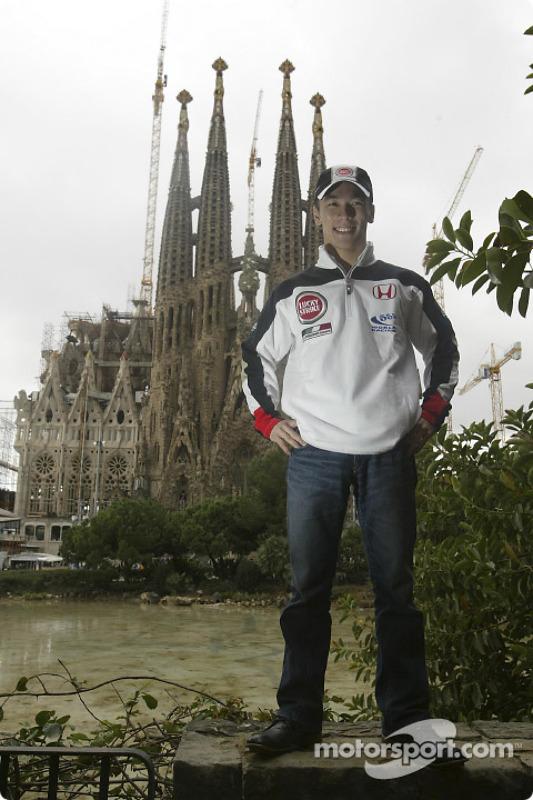 Takuma Sato devant le temple de La Sagrada Familia, d'Antoni Gaudi