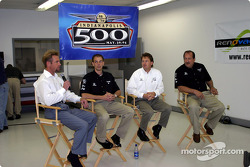 Le pilote d'Access Motorsports Greg Ray, son crew chief Jamie Nanny, son ingénieur Mike Colliver et le manager Ted Bitting