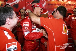 Michael Schumacher fête sa pole position avec Rubens Barrichello et Jean Todt