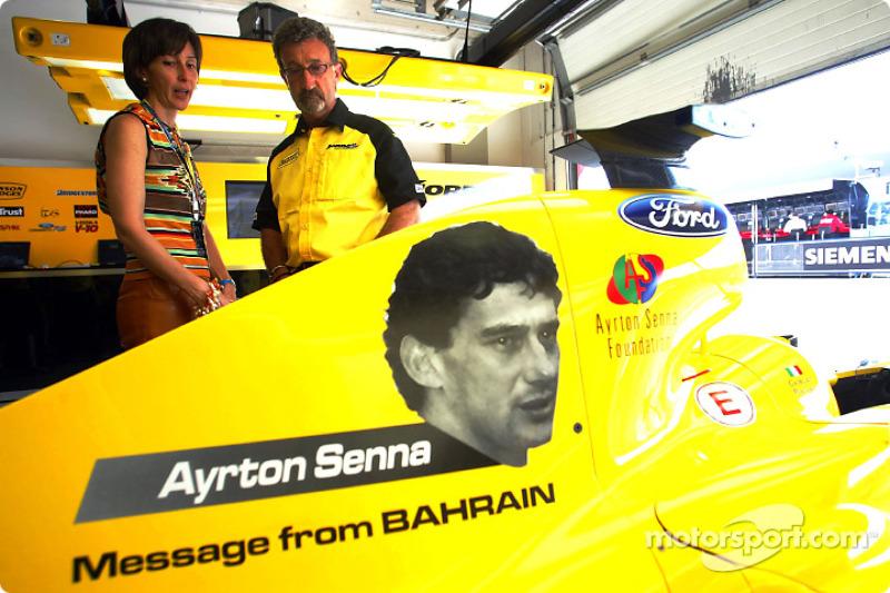 Viviane Senna habla con Eddie Jordan sobre el tributo a Ayrton Senna en los autos Jordan.