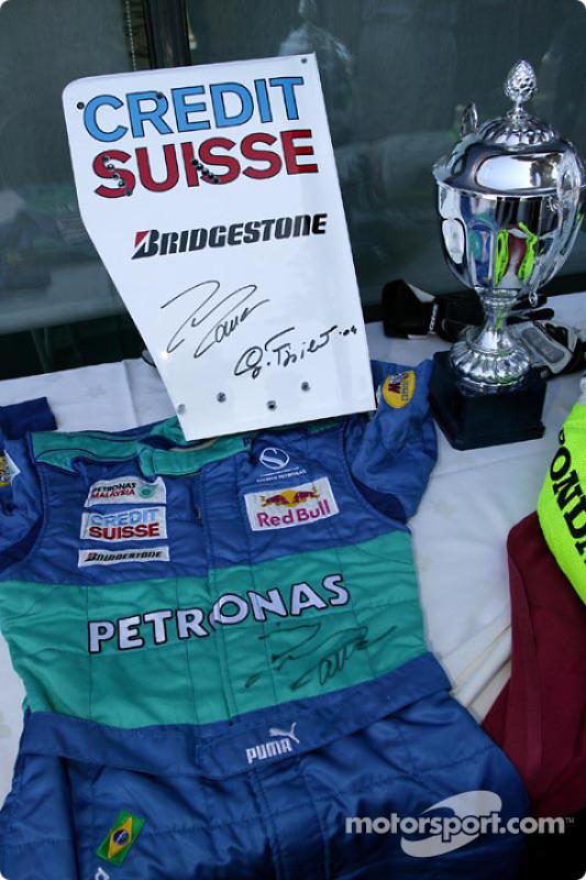 Tournoi de tennis de charité à l'Open Sports Club de Barcelone : La combinaison de Felipe Massa, l'un des objets donnés à l'association