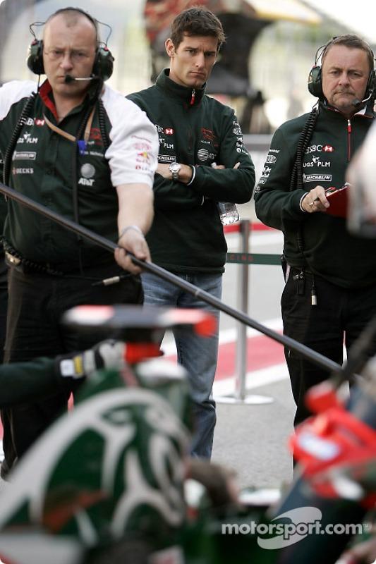 Mark Webber observe l'entrainement aux arrêts aux stands