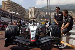 McLaren MP4-19 в очікуванні технічної інспекції