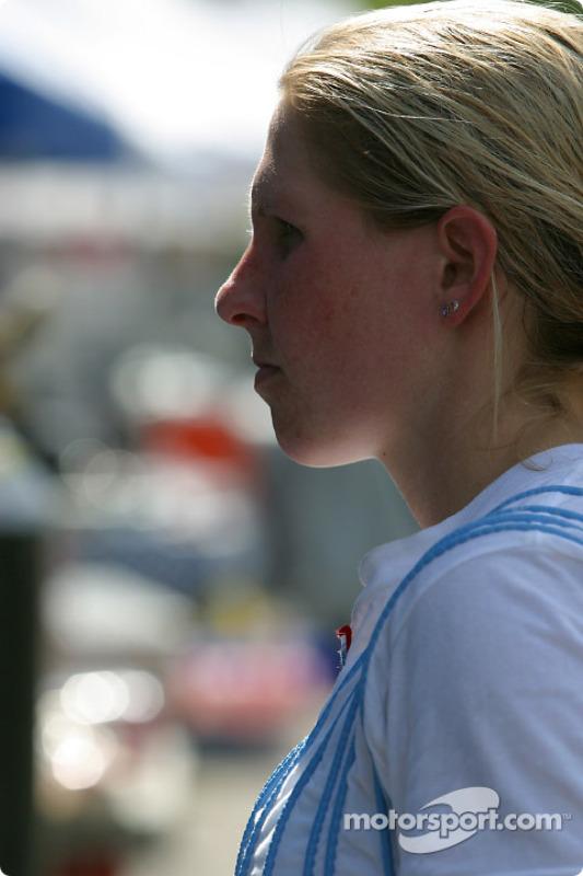 Liz Halliday regarde un écran