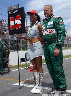 Miembro del equipo de Jaguar con una chica de la parrilla