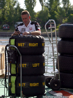 Miembro del equipo BAR Honda prepara neumáticos