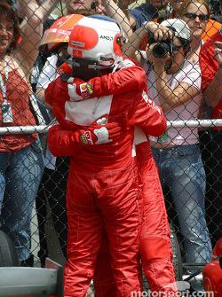 Michael Schumacher y Rubens Barrichello celebraan