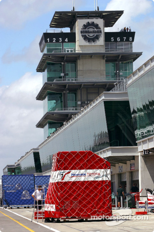Containers on pitlane