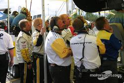 Les membres de l'équipe Corvette regardent le warm up