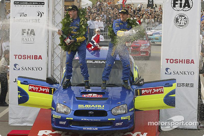 Podium : champagne pour les vainqueurs du rallye Petter Solberg et Phil Mills