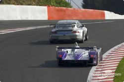 La Porsche 911 GT3 RS n°79 Perspective Racing : Ian Khan, Michel Heydens, Tim Sugden, l'Audi R8 n°8 Audi Sport UK Team Veloqx : Allan McNish, Pierre Kaffer