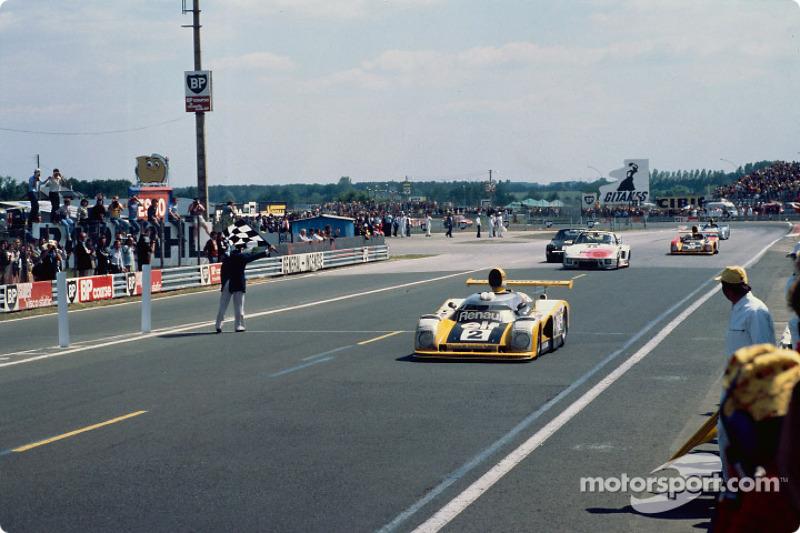#2 Renault Sport Renault-Alpine A442B: Дідьє Піроні, Жан-П'єр Жауссауд перед картатим прапором