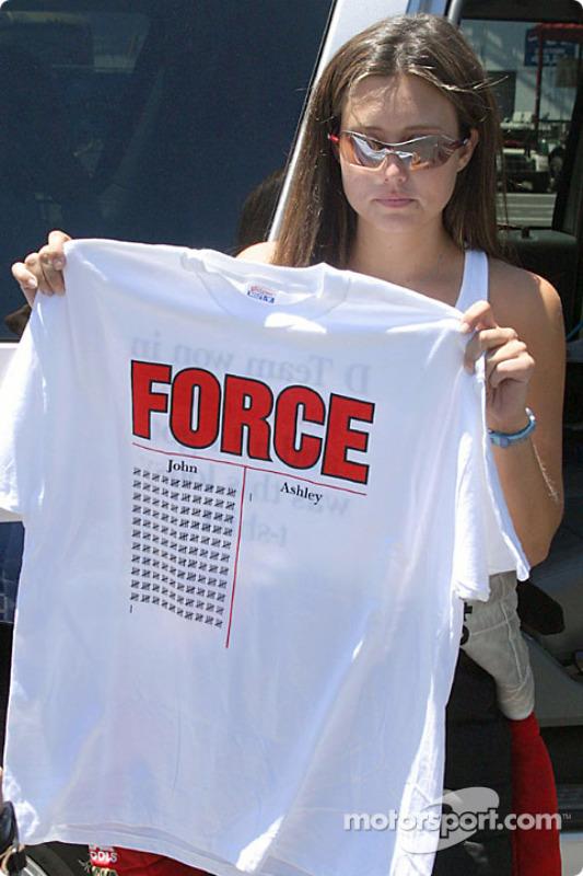 Ashley Force avec un tee-shirt représentant ses victoires et celles de son père