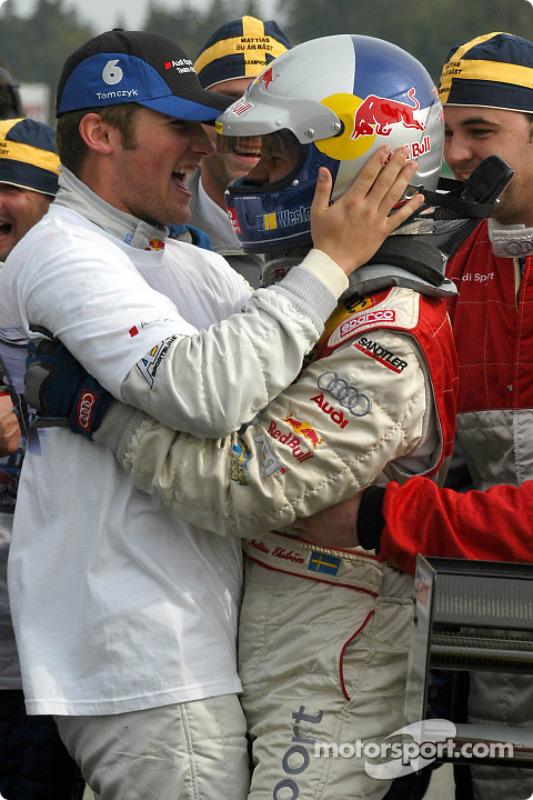 Le vainqueur et le champion DTM 2004 Mattias Ekström fête cela avec Martin Tomczyk