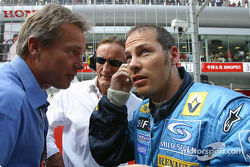 Craig Pollock and Jacques Villeneuve on the starting grid