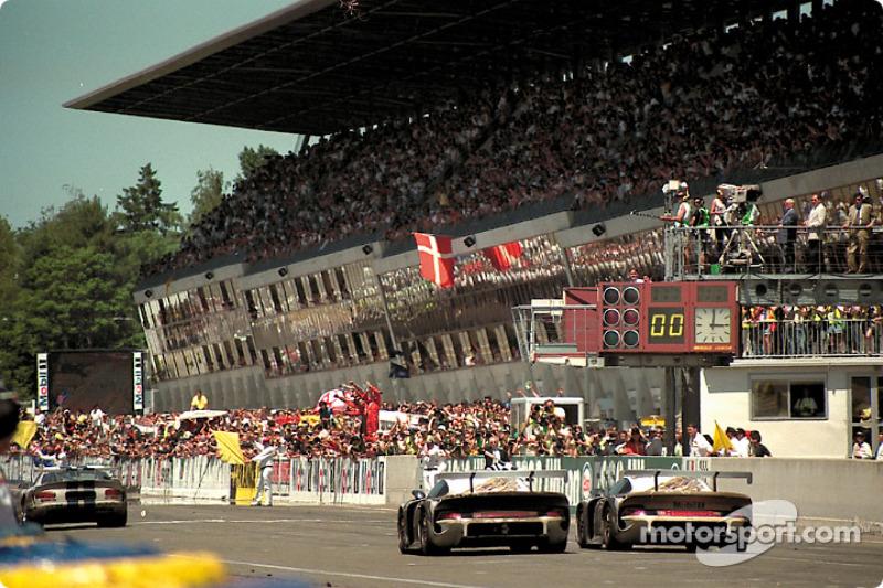 #25 Porsche AG Porsche 911 GT1: Hans Stuck, Thierry Boutsen, Bob Wollek, #26 Porsche AG Porsche 911 GT1: Karl Wendlinger, Yannick Dalmas, Scott Goodyear at finish line