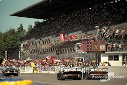 #25 Porsche AG Porsche 911 GT1: Ханс Штук, Тьєррі Бутсен, Боб Воллек, #26 Porsche AG Porsche 911 GT1: Карл Вендлінгер, Яннік Далмас, Скотт Гудйер на фініші