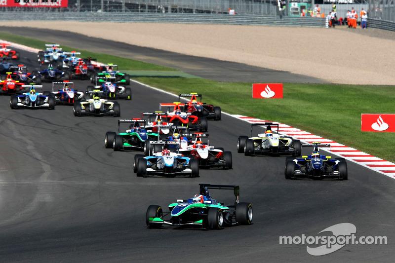 Daniel Morad rijdt voor Dean Smith, Mirko Bortolotti, Alexander Rossi en de rest van het veld bij de herstart