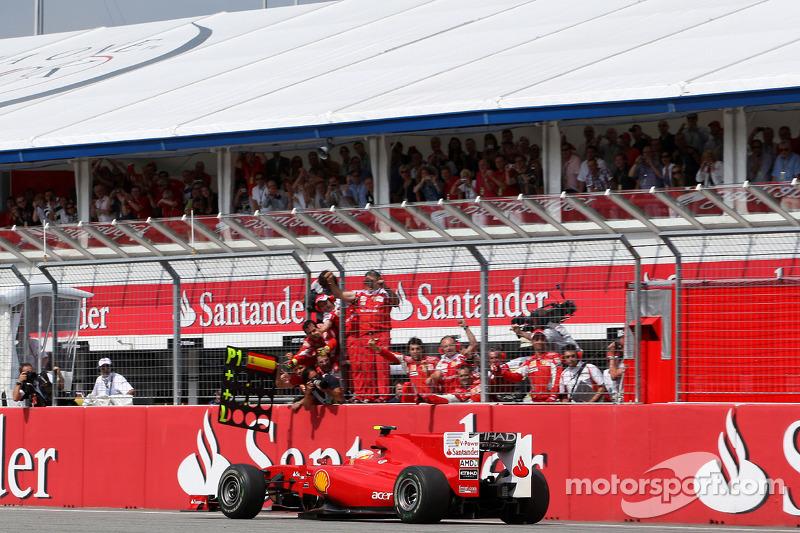 Фернандо Алонсо (Ferrari) здобуває перемогу в гонці