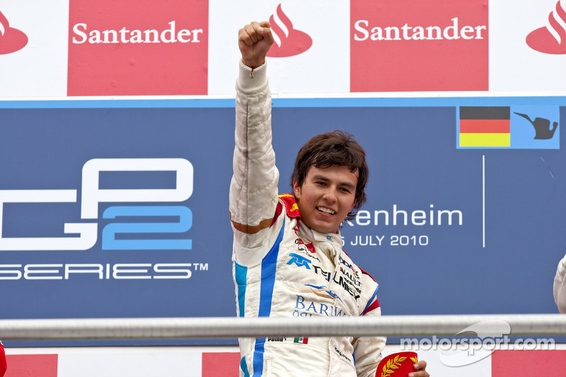 Sergio Perez célèbre sa victoire sur le podium