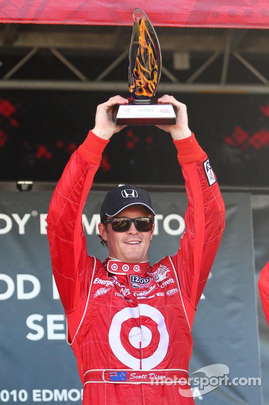 Podium: race winnaar Scott Dixon, Target Chip Ganassi Racing