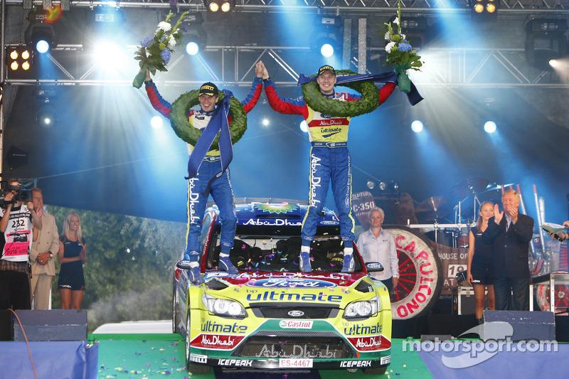 Podium: rally winnaars Jari-Matti Latvala en Miikka Anttila