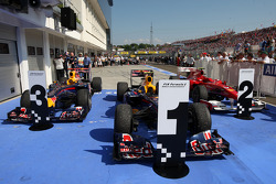 Los autos en parc ferme los tres primeros lugares: Mark Webber, Red Bull Racing, Fernando Alonso, Sc