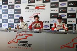 Race winnaar Jolyon Palmer, 2de Dean Stoneman, en 3de Kazim Vasiliauskas in de persconferentie