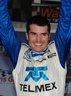 Victory lane: race winnaar Memo Rojas