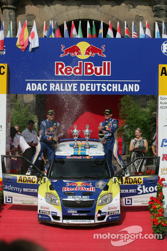 Podium: Patrik Sandell en Emil Axelsson, Skoda Fabia S2000, Red Bull Rallye Team