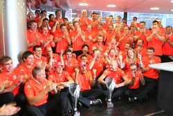 McLaren Mercedes team viert
