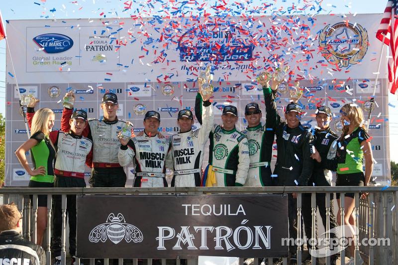 Podium van de klassewinnaars: #45 Flying Lizard Motorsports Porsche 911 GT3 RSR: Jörg Bergmeister,