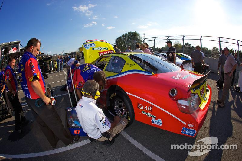 Auto van Marcos Ambrose in de kwalificatieopstelling