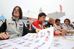 Will Bratt et Jolyon Palmer en séance d'autographes