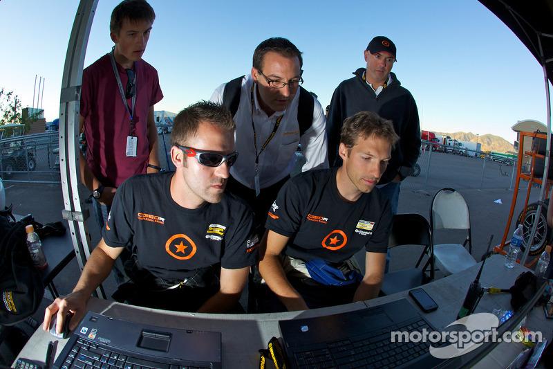 Compass360 Racing teamleden kijken het einde van de wedstrijd als #74 Compass360 Racing Honda Civic SI: Lawson Aschenbach, David Thilenius op het punt staat het ST kampioenschap te winnen