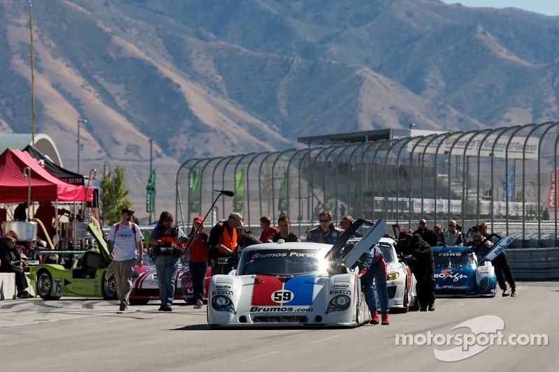 Auto's gaan naar de pre-race grid