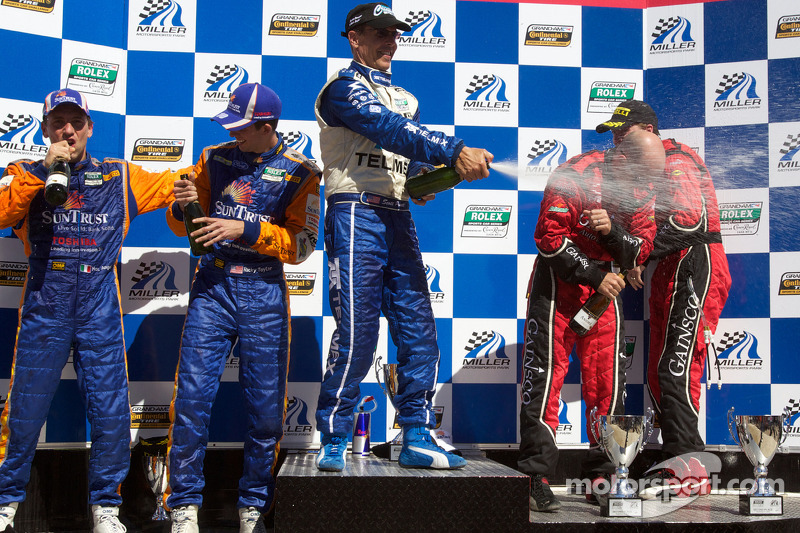 DP podium: Scott Pruett, Jon Fogarty, Alex Gurney, Max Angelelli en Ricky Taylor vieren feest met champagne