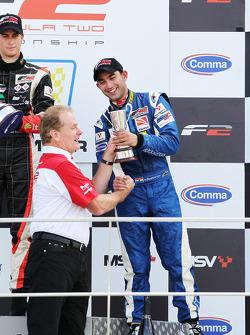 Race 1 3de plaats Armaan Ebrahim krijgt trofee van Jonathan Palmer, CEO MotorSport Vision