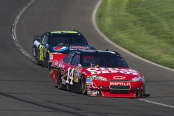 Tony Stewart, Stewart-Haas Racing Chevrolet leads Jeff Gordon, Hendrick Motorsports Chevrolet