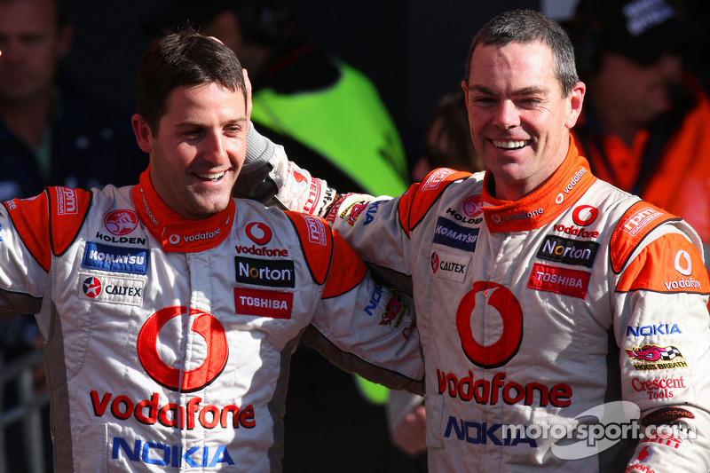Craig Lowndes en Jamie Whincup vieren feest als TeamVodafone wordt eerste en tweede in de 2010 Bathu
